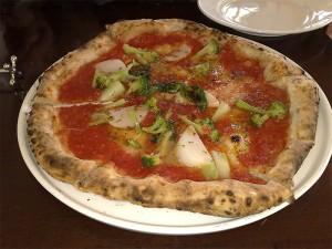 トマトソース、カブ、ブロッコリーのピザ