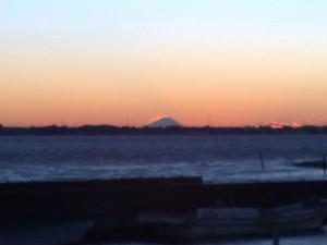 夕方サイクリング中に霞ヶ浦の向こうに見えた富士山