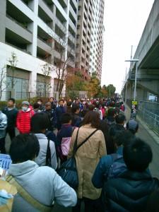 研究学園駅前のバス待ちの行列