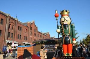 赤レンガ倉庫前のヒュッテの近くの大きな人形