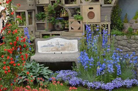 花々に囲まれたベンチ
