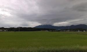 雲が巻き上がるかのような筑波山