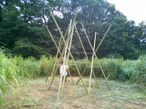 竹の楽器を演奏する人