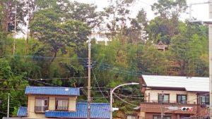 土浦二中の近くの崖に見えた神社